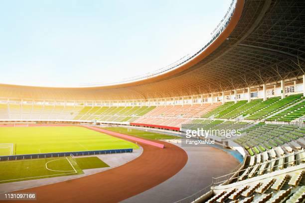 projecteurs et projecteurs dans un stade - événement sportif photos et images de collection