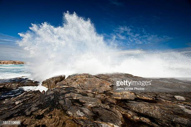 spray from large wave crashing on coastal rocks - porto lincoln - fotografias e filmes do acervo