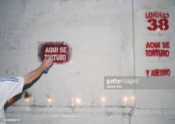 Sprayen gegen ein Folterzentrum Pinochets am 2 Dezember 2005 an der Londres 38 in Santiago