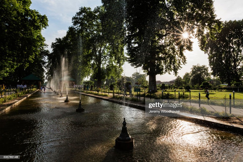 Spraying fountains in park pond : Foto stock