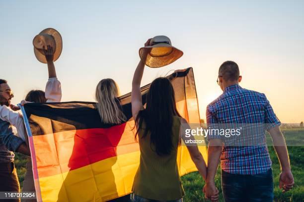 verbreitung der deutschen flagge - deutsche kultur stock-fotos und bilder
