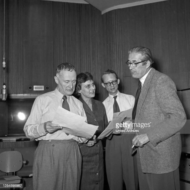 Sprecher bei einer Hörspielproduktion des NDR in Hamburg, Deutschland 1950er Jahre.