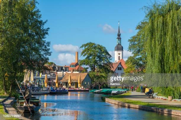 spreewald lübbenau, lehde - grand port avec vue sur l'église - land brandebourg photos et images de collection