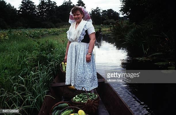 Spreewälderin verkauft Gurken- 1995