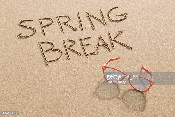 Vacances de printemps Message sur la plage avec des lunettes de soleil
