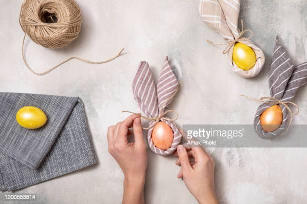 スプリングフラットレイ。素朴なテーブルの上のビュー。復活祭の日の背景。 - easter decoration ストックフォトと画像