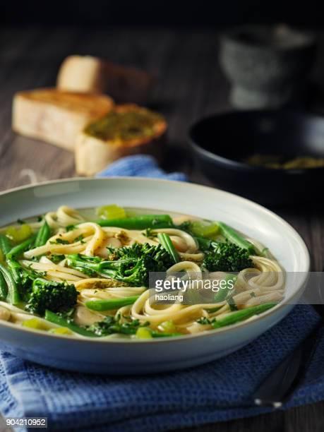 Lente groene minestrone