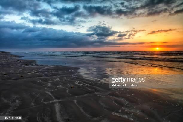 a spring sunrise over the gulf - april stockfoto's en -beelden