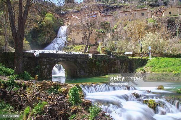 spring waterfall - orbaneja del castillo photos et images de collection