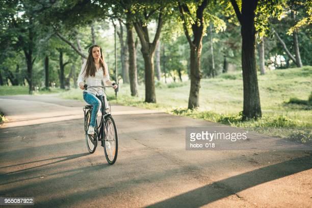 frühlingswind in meinem haar - pedalantrieb stock-fotos und bilder