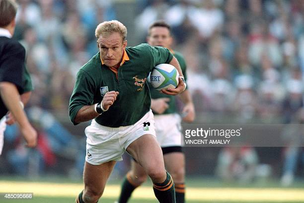 Springbok skipper Francois Pienaar runs with the ball during the rugby World Cup final between South Africa and New Zealand at Ellis Park in...
