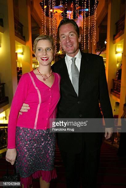 Springer Vorstand Mathias Döpfner Mit Ehefrau Ulrike Bei Der Verleihung Des BZ Kulturpreis 2003 Am 290103 Im Friedrichstadtpalast In Berlin