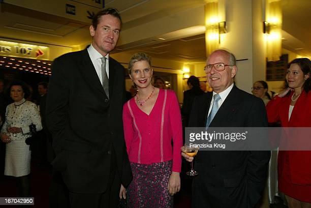 Springer Vorstand Mathias Döpfner Mit Ehefrau Ulrike Prof Dr Bernhard Servatius Bei Der Verleihung Des BZ Kulturpreis 2003 Am 290103 Im...
