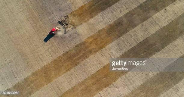 Frühling landwirtschaftliche Tätigkeit, roter Traktor Anbau Feld