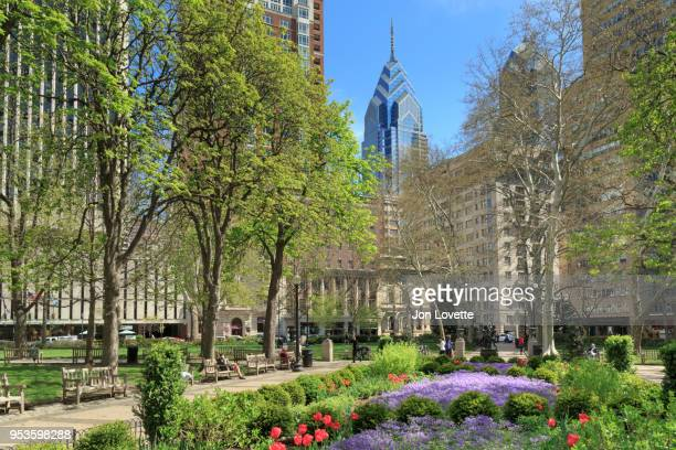 springtime in rittenhouse square, a park in philadelphia - philadelphia pennsylvania stock pictures, royalty-free photos & images