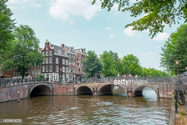 """de mening van de lente in amsterdam met de beroemde grachten en verse groene bladeren op de bomen - """"sjoerd van der wal"""" or """"sjo""""nature stockfoto's en -beelden"""