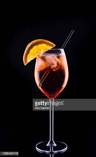 spritz on black background - cris cantón photography fotografías e imágenes de stock