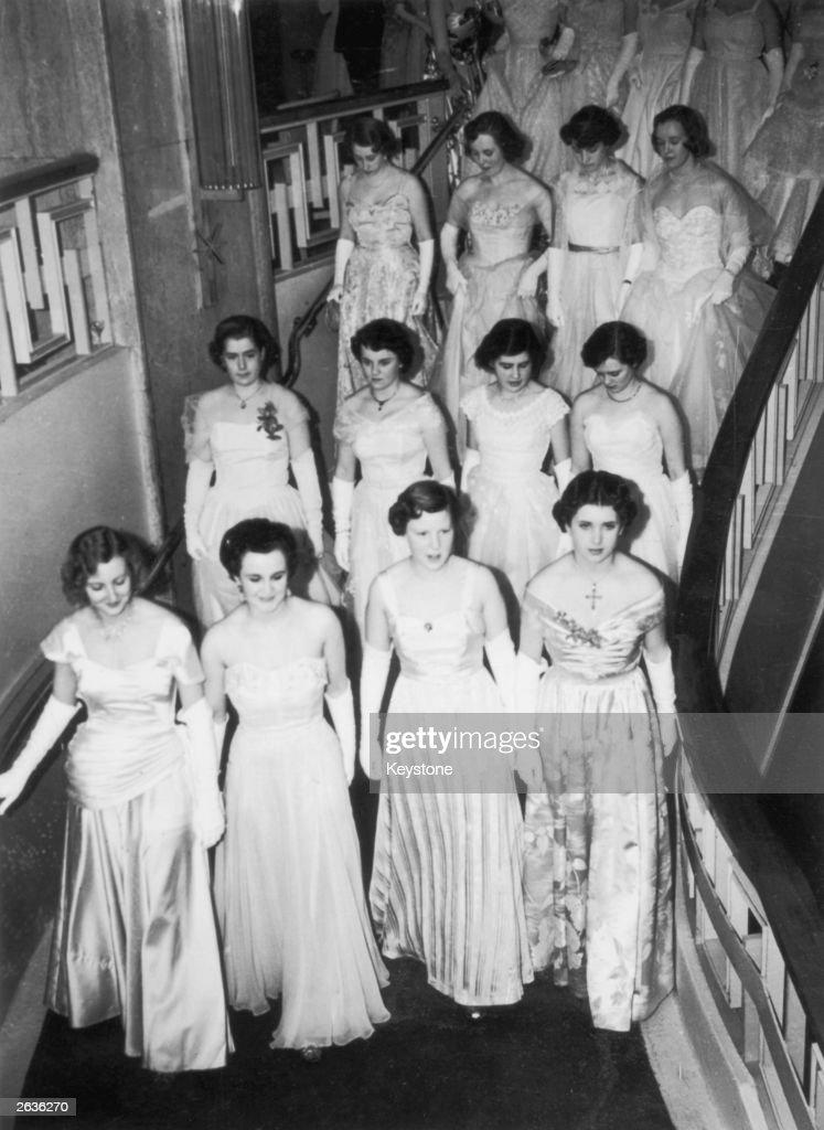 Debutantes Descend : News Photo