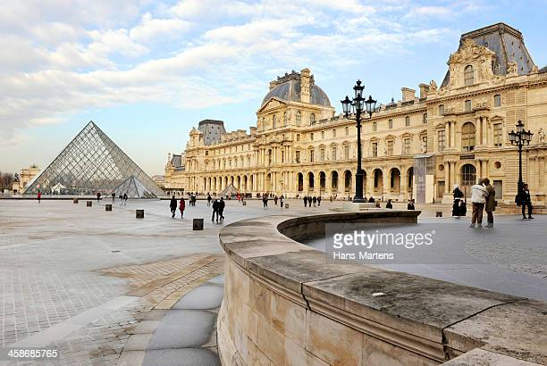square and pyramid in front of the louvre museum - musee du louvre stock pictures, royalty-free photos & images