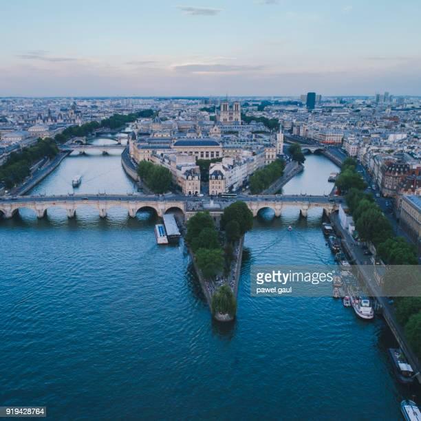 square du vert-galant antenne coucher de soleil de la rivière seine - ile de france photos et images de collection