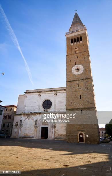square of the cathedral of the assumption, morning in the coastal town of koper, slovenia - koper - fotografias e filmes do acervo