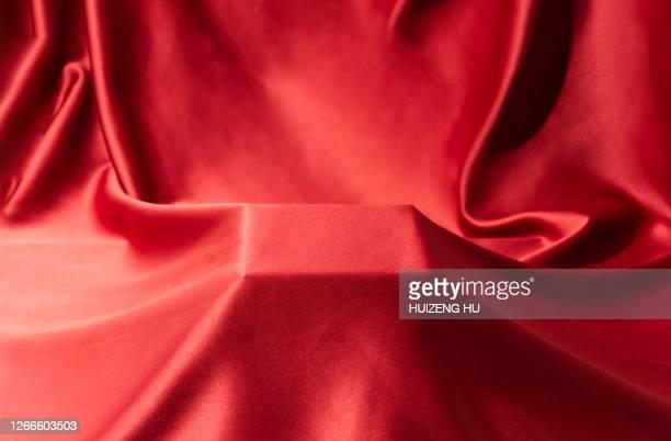 square platform covered with silk cloth - soie photos et images de collection