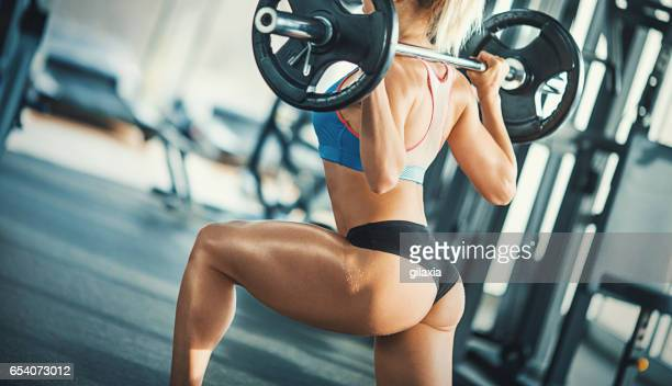 squat training. - hurken stockfoto's en -beelden
