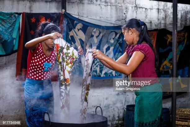sri lanka batik manufacture - fábrica têxtil imagens e fotografias de stock