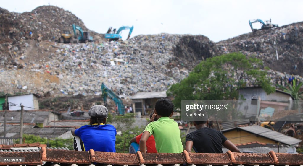 collapsed garbage mountain in Colombo : News Photo