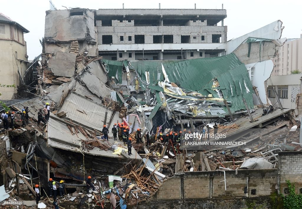 TOPSHOT-SRI LANKA-BUILDING-COLLAPSE : News Photo