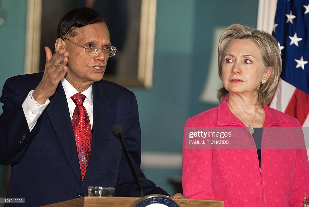 Sri Lankan Foreign Minister G.L. Peiris (L) and US Secretary of State Hillary Clinton deliver remarks to the media after meeting privately on May 28, 2010 at the State Department in Washington. AFP PHOTO/Paul J. Richards