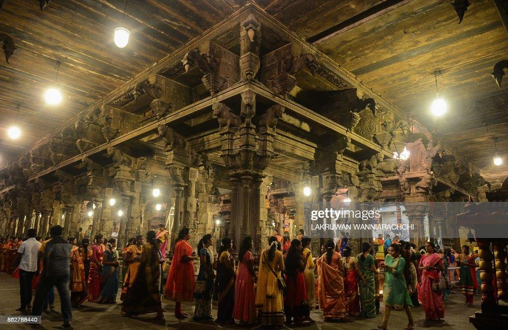 TOPSHOT-SRI LANKA-RELIGION-HINDUISM-DIWALI : News Photo