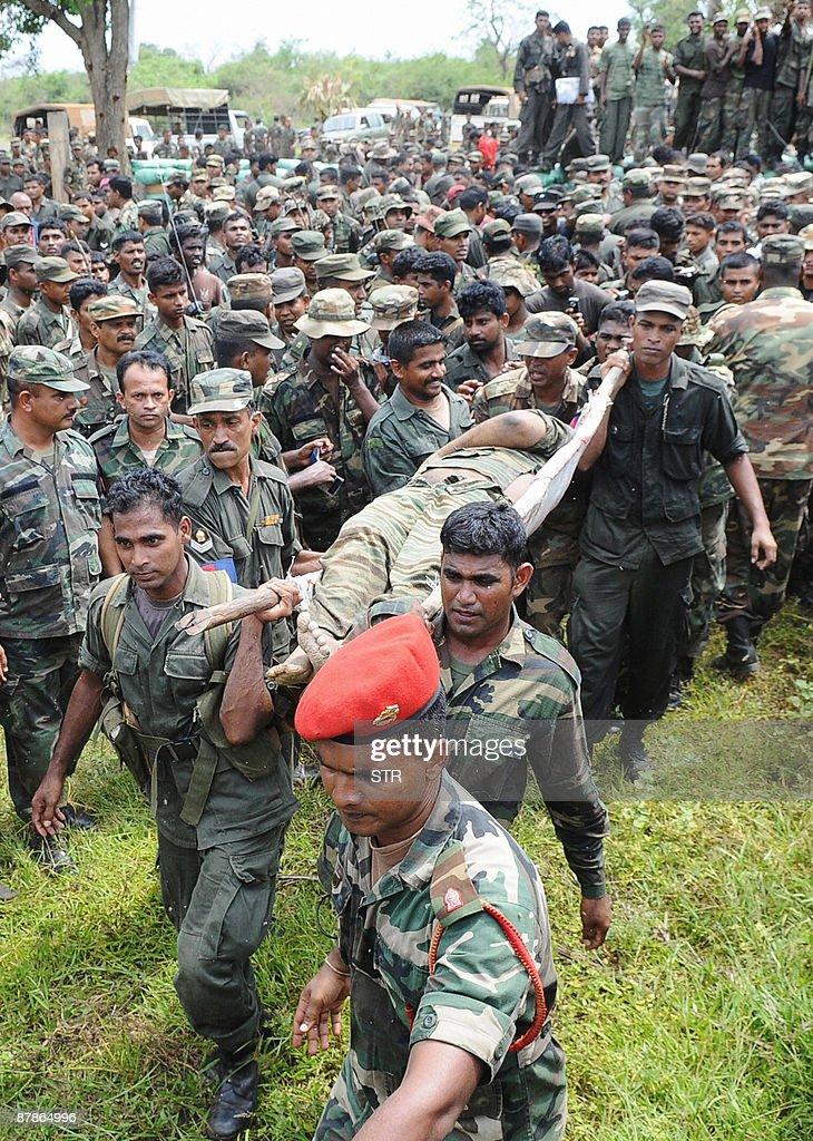 CORRECTING SOURCE Sri Lankan soldiers ca : Photo d'actualité