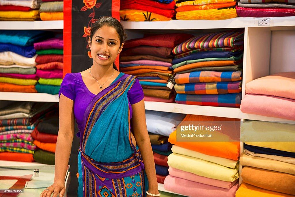Sri-lankische Frau im Sari als Boutique : Stock-Foto