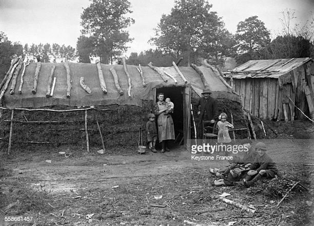 Série sur la fabrication de charbons de bois dans la forêt de Chambord, France en 1931.