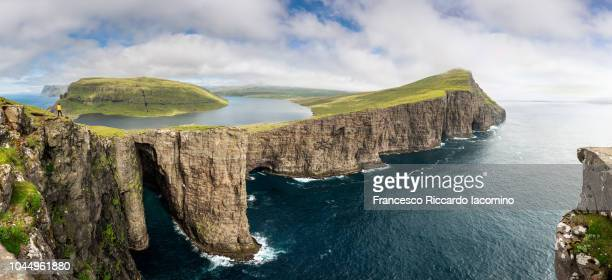 sørvágsvatn, leitisvatn lake hanging over the atlantic ocean, faroe islands - islas faroe fotografías e imágenes de stock