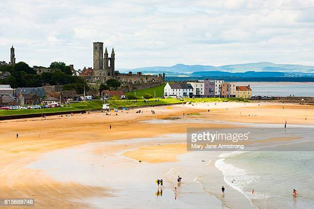 st andrews and the beach - st. andrews scotland stock pictures, royalty-free photos & images