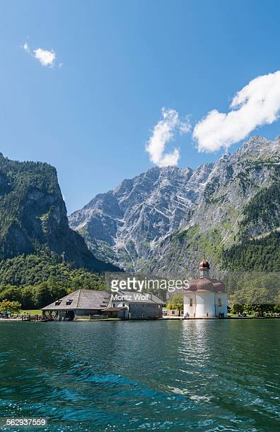 st. bartholomae in konigssee in front of the watzmann, berchtesgaden national park, berchtesgadener land district, upper bavaria, bavaria, germany - königssee bavaria stock photos and pictures