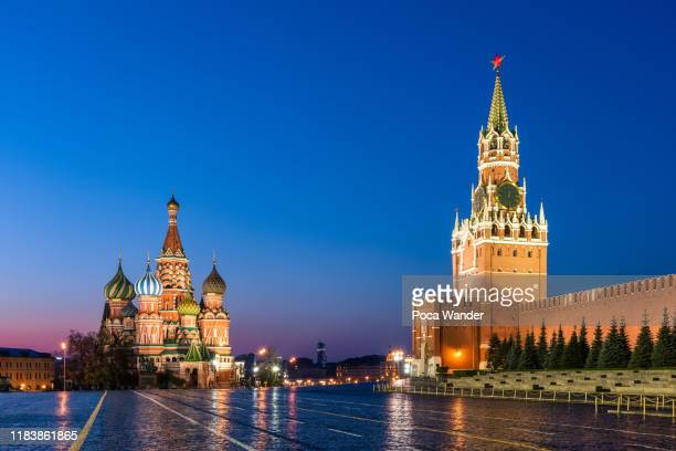 st. basil's cathedral and grand kremlin palace in red sqaure, moscow - unesco stockfoto's en -beelden