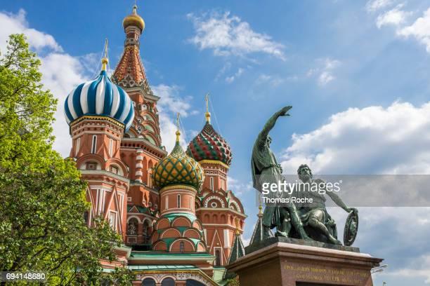 st basil's cathedral and the statue before it - paisajes de st thomas fotografías e imágenes de stock