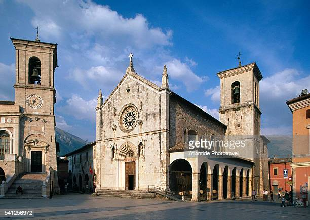 st. benedetto church in norcia - benedetto photos et images de collection