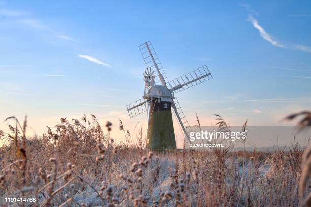 st benet's level windmill on a cold and frosty december morning - norfolk east anglia foto e immagini stock