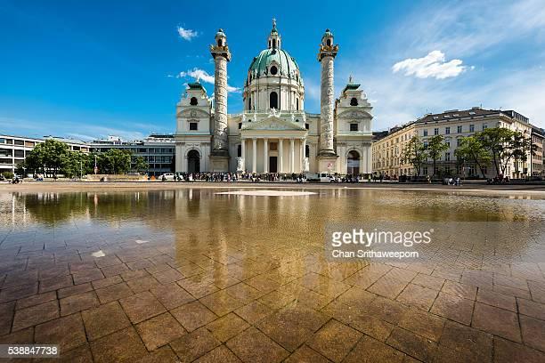 st. charles's church (karlskirche), vienna, austria - wahrzeichen stock-fotos und bilder
