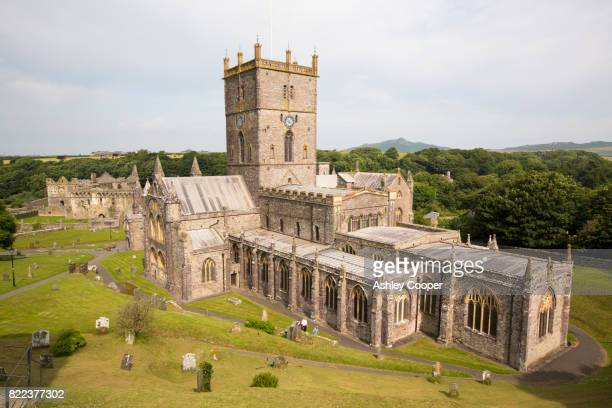st davids cathedral in st davids, pembrokeshire, wales, uk. - st davids stock pictures, royalty-free photos & images