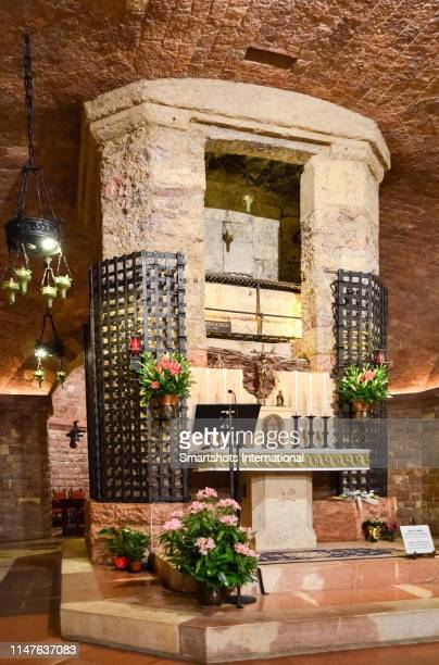 """st francis of assisi tomb in """"basilica di san francesco"""" in assisi, umbria, italy - クリプト ストックフォトと画像"""