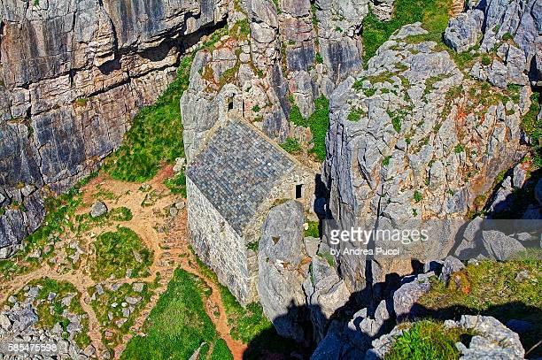st govan's chapel, pembrokeshire coast national park, pembrokeshire, wales, united kingdom - govan stock pictures, royalty-free photos & images