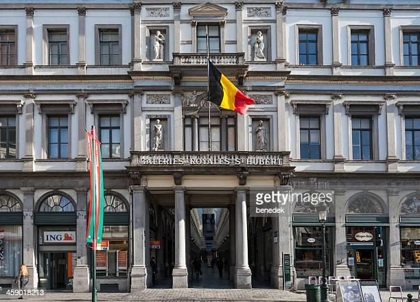 st hubert galeries, bruxelles, belgique - drapeau belge photos et images de collection