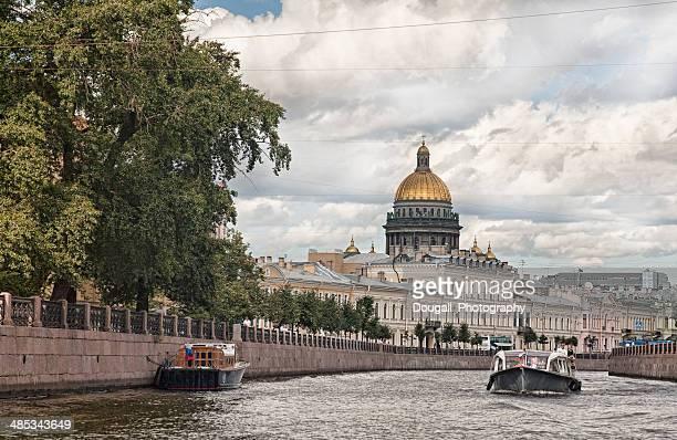 cattedrale di sant'isacco visto dal fiume moyka canale a san pietroburgo - san pietroburgo foto e immagini stock