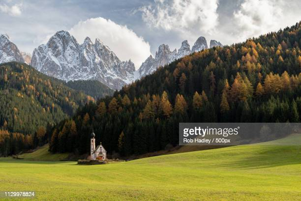 st johan kirche, val di funes - kirche stock pictures, royalty-free photos & images