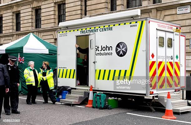 st john rettungswagen treatment centre - erste hilfe hinweisschild stock-fotos und bilder